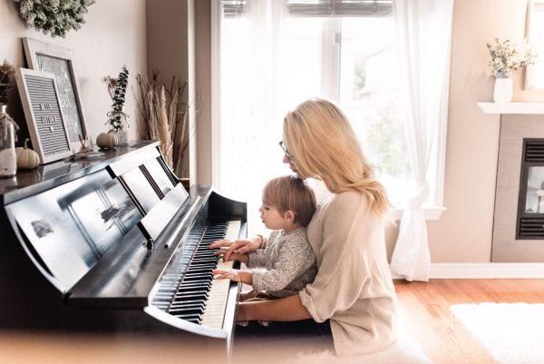 Женщина с ребёнком за пианино