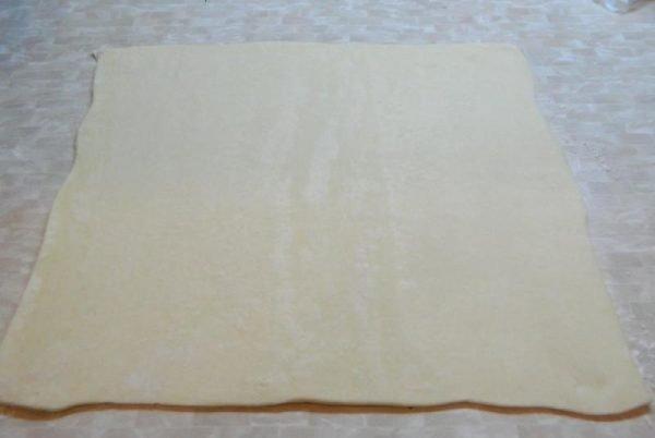 Квадратный пласт теста на столе