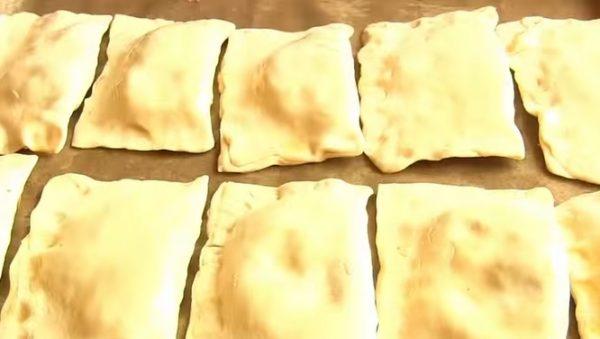 Заготовки для закусочных пирожков из слоёного теста