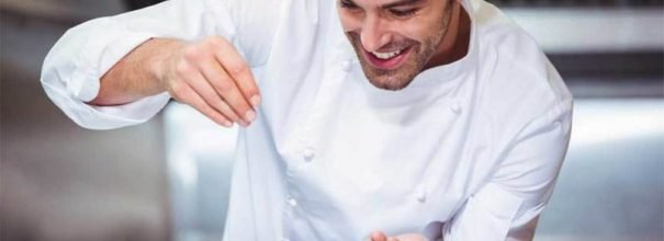 Профессиональный повар на кухне