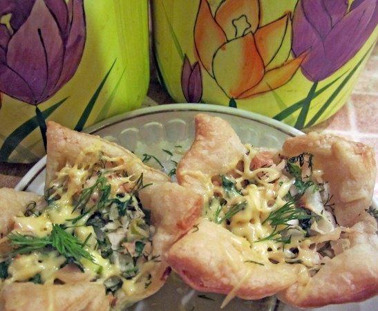 Готовая закуска из слоёного теста «Принцесса» с курицей, укропом и сыром на тарелке с синим ободом
