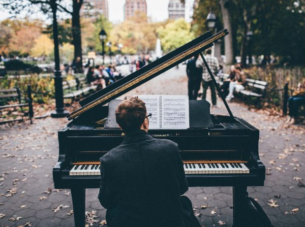 Мужчина за роялем