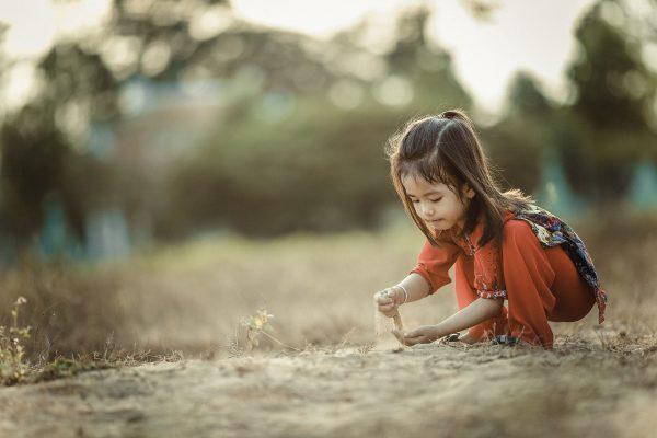 Девочка играется с песком