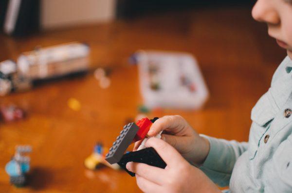 Ребёнок собирает конструктор