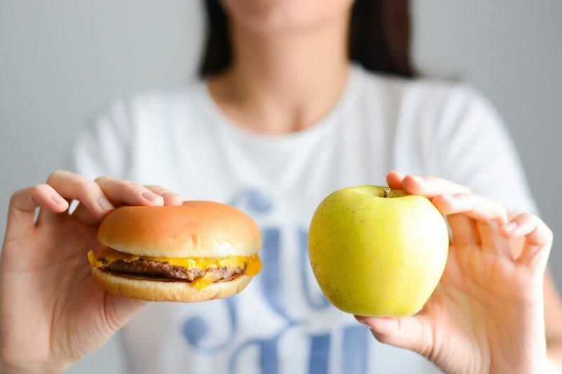 Бургер и яблоко