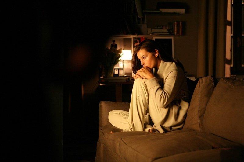 грустная женщина смотрит фильм