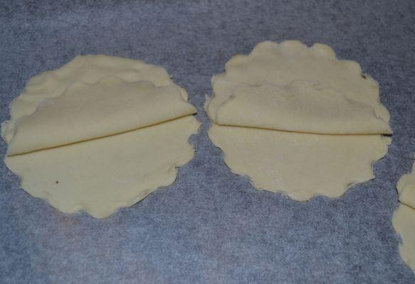 Заготовки из сырого теста для закуски «Черная жемчужина» на столе