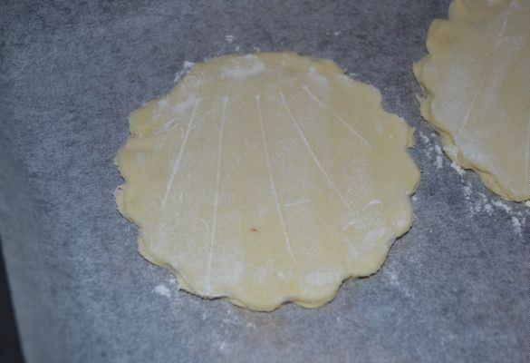 Заготовка из теста на листе пекарской бумаги