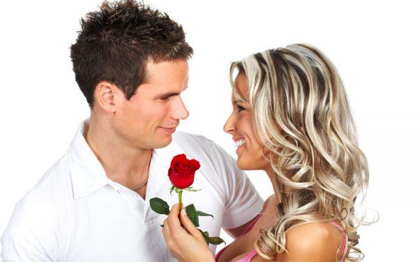 Мужчина дарит розу