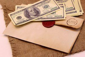 Деньги и конверт