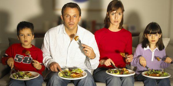Семья ест
