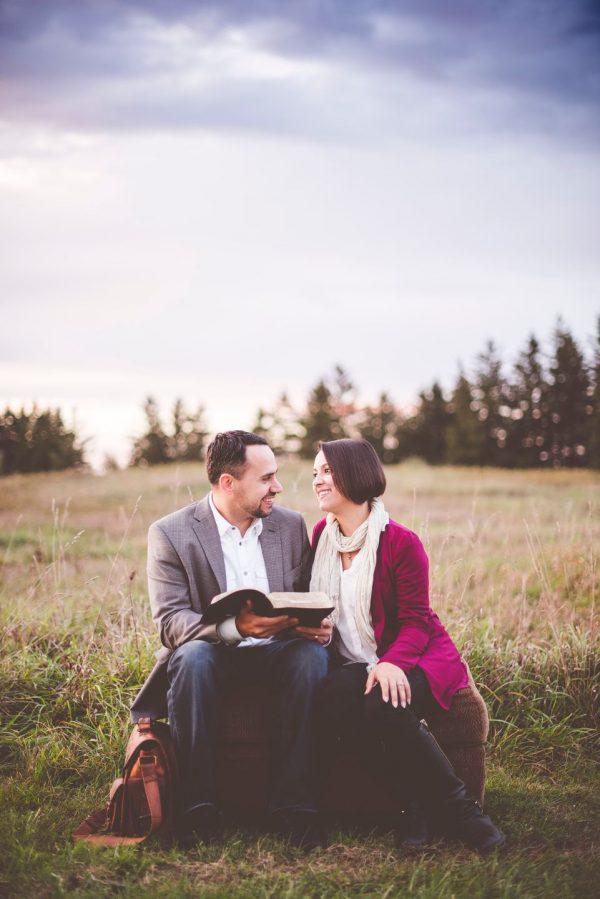 Пара читает книгу