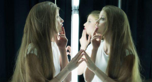 девушки у зеркала