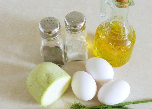 Яйца, кабачок, масло, соль и перец