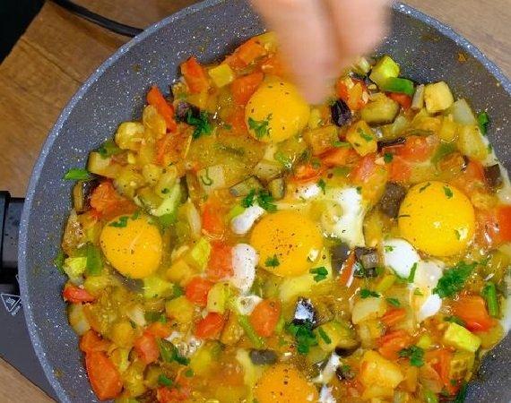 Овощи и яйца в сковороде