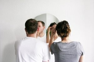 мужчина и женщина у зеркала