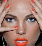 Девушка с оранжевой помадой