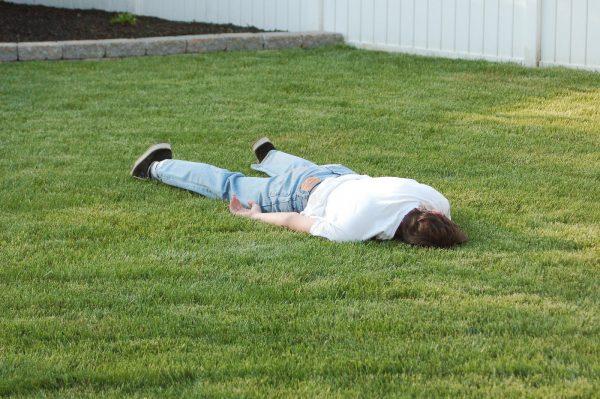 Мужчина на траве