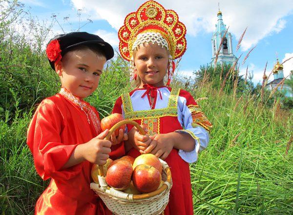 Дети с яблоками