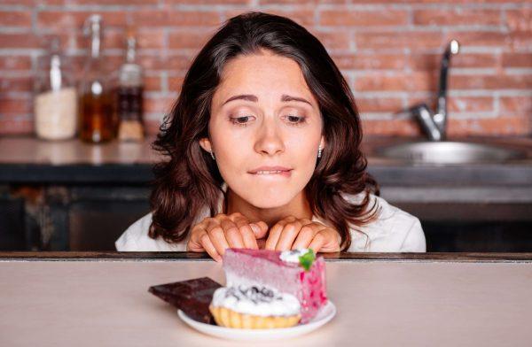 Девушка смотрит на сладкое