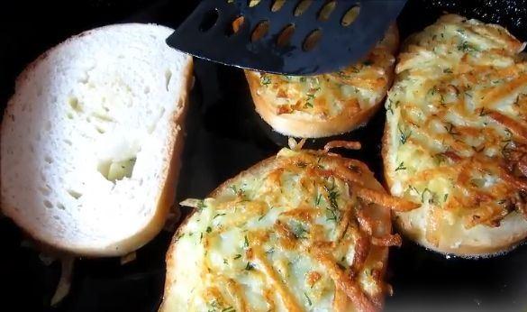 Готовые гренки из батона с картофелем в сковороде