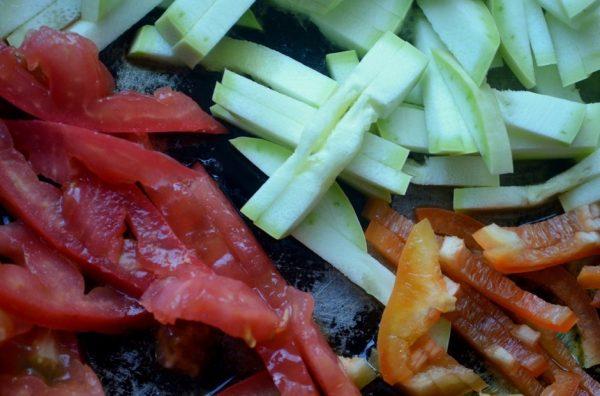 Нарезанные соломкой кабачки, помидоры и болгарский перец