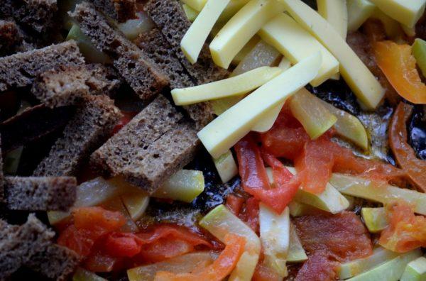 Тушёные овощи, бородинский хлеб и твёрдый сыр