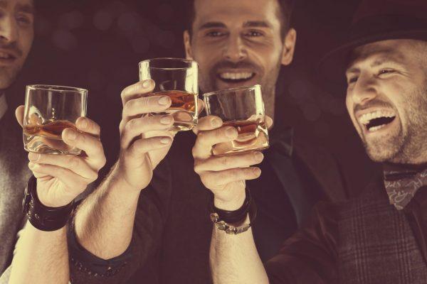 Мужчины пьют виски