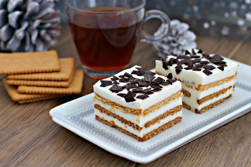 Кусочки торта из печенья и творога с чаем