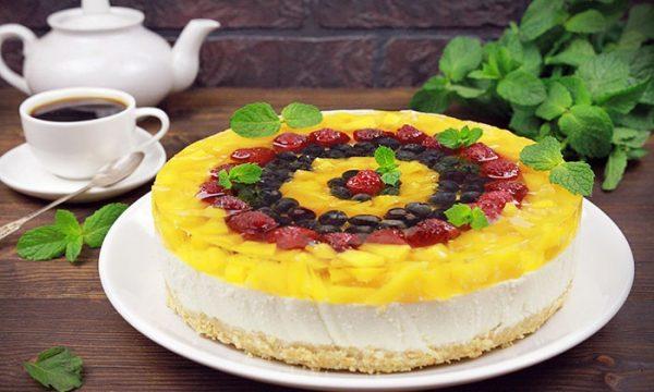 Торт из творога и печенья с ягодами