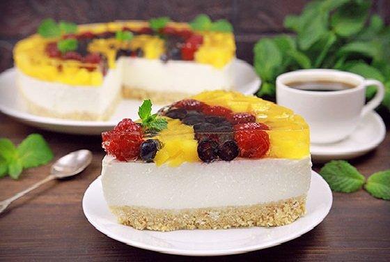 Кусочек торта с ягодами и желе