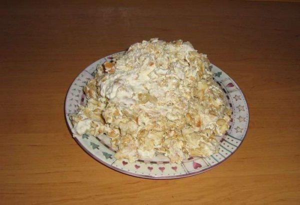 Крекеры в сметане на блюде