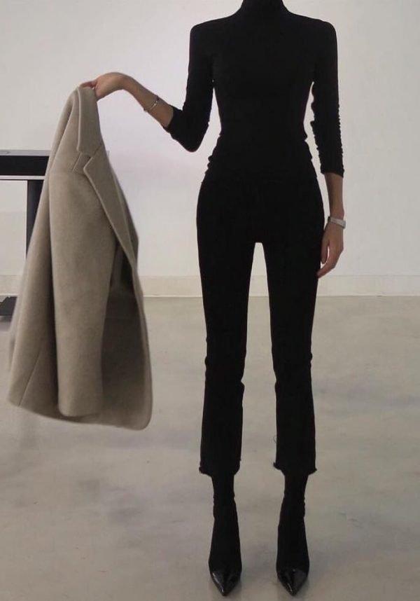 Девушка в чёрном костюме