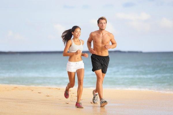 Мужчина и женщина бегают
