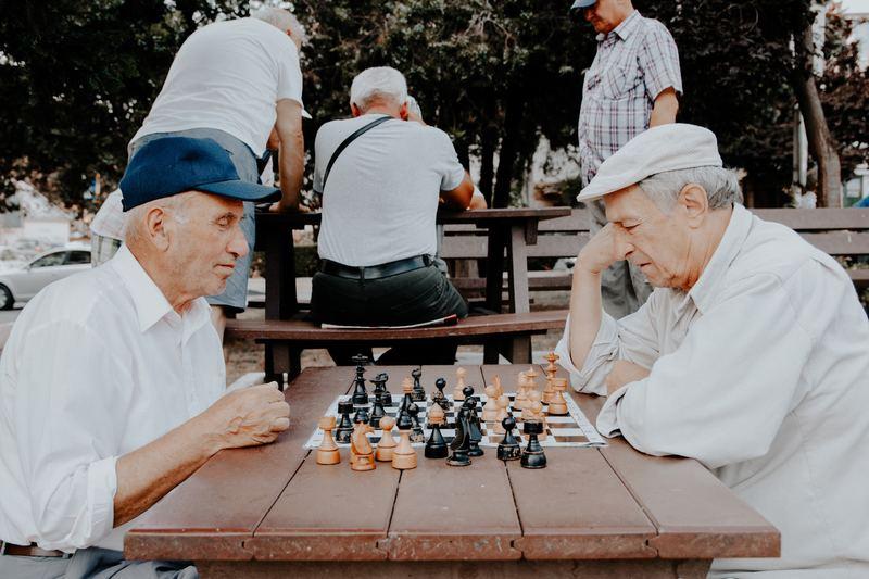 Двое пожилых мужчин за шахматами