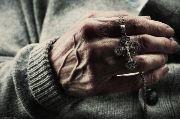 Крестик в руках человека