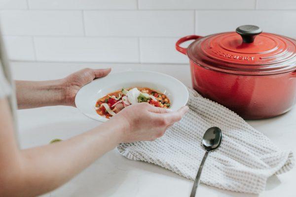 Кастрюля и суп в тарелке