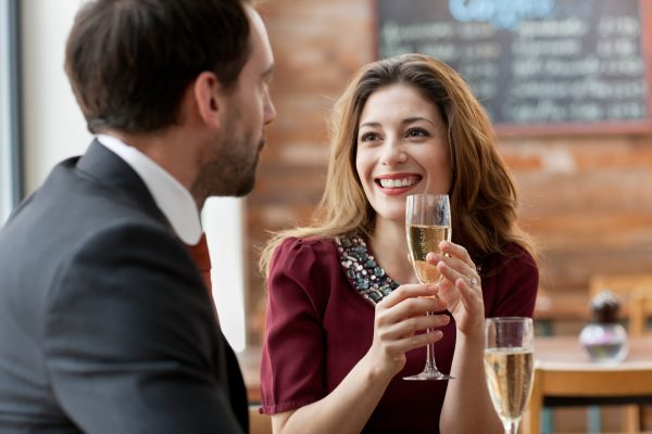 Женщина и мужчина в кафе