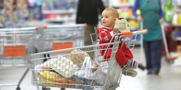 Ребёнок на сиденье в тележке