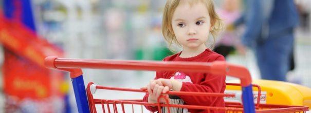 Какая ответственность ждет родителей, которые сажают детей в продуктовые тележки