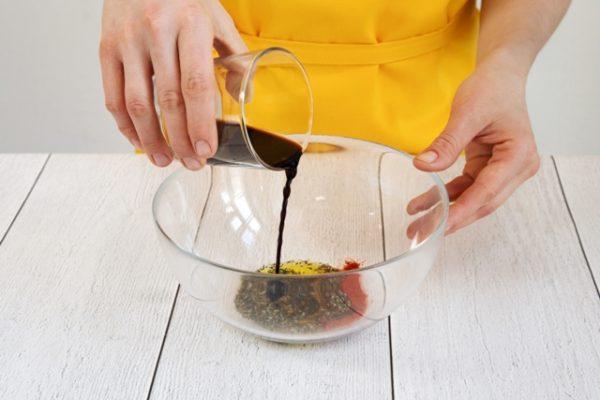 Приготовление маринада с бальзамическим уксусом и специями в стеклянной ёмкости