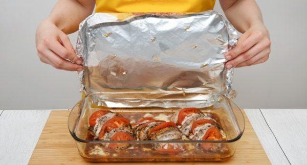 Куриные грудки с помидорами и сыром в стеклянной форме для запекания