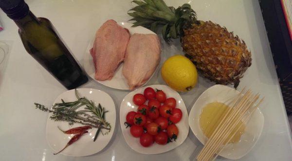 Продукты для приготовления шашлычков из куриной грудки на столе