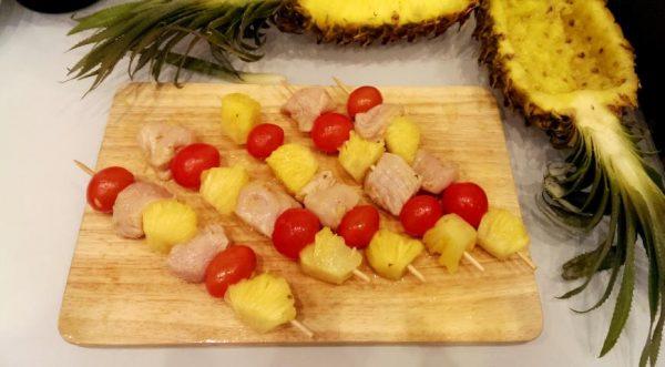 Заготовки для шашлычков из куриной грудки на деревянной разделочной доске