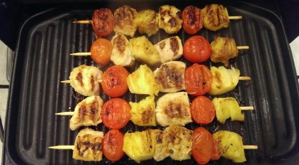 Шашлычки из куриной грудки с черри и ананасом на гриле