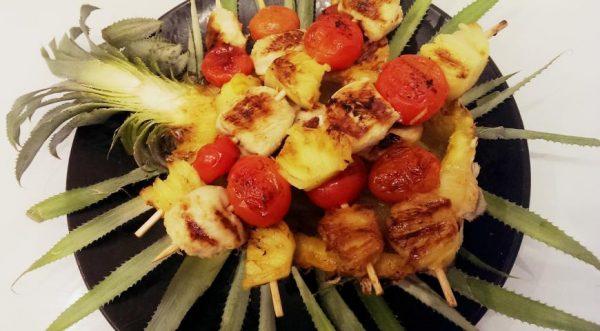 Шашлычки из куриной грудки, черри и ананаса: вариант красивой подачи