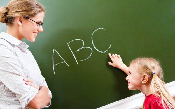 Учитель и ученица у доски