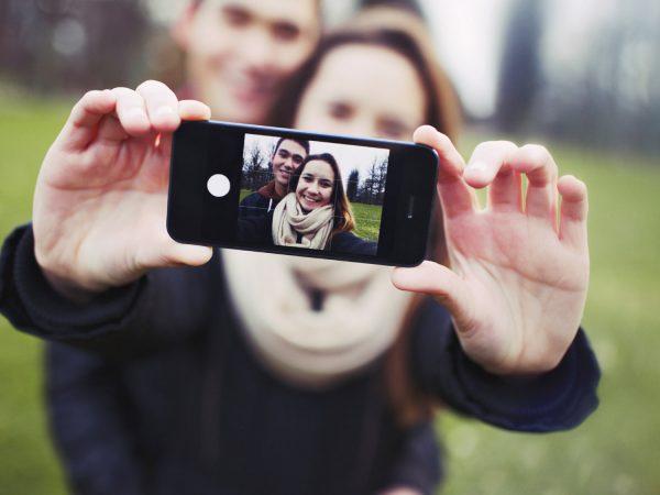 Парень и девушка фотографируются
