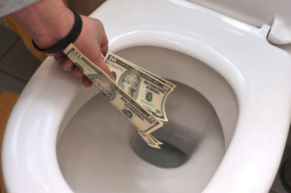 Деньги смывают в унитаз