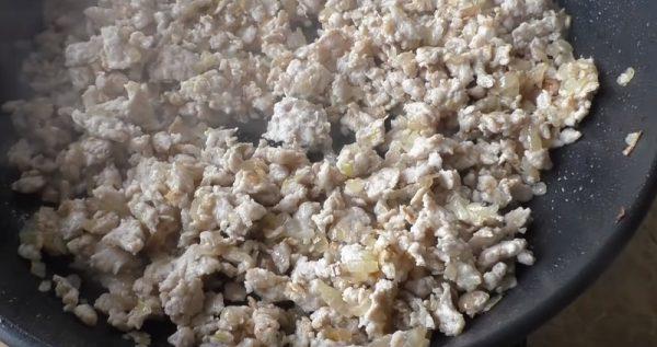 Куриный фарш с репчатым луком в сковороде